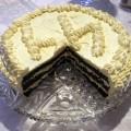 Tort makowy ozdobiony kremem