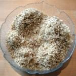 Zmielone orzechy zmieszane z bułką tartą do tortu orzechowego