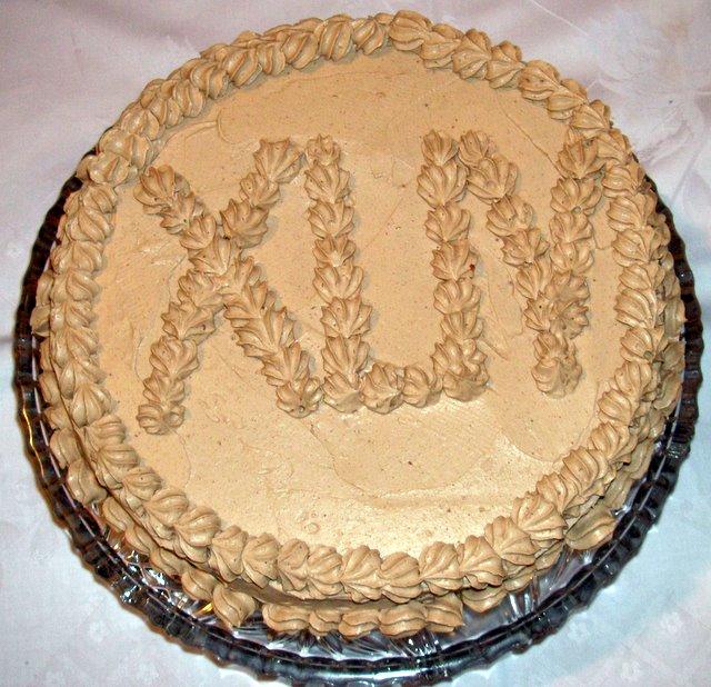 Tort orzechowy ozdobiony kremem