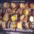 szaszłyki z polędwicy wieprzowej z jabłkiem i śliwką na grillu