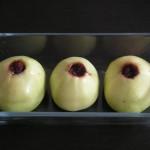 Jabłka z żurawiną przygotowane do pieczenia