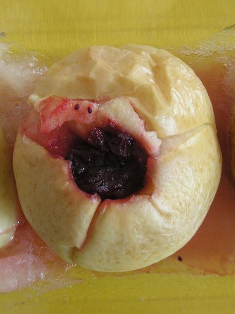 Pieczone jabłko z żurawiną