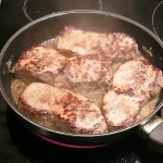 steki wołowe smażace się na maśle