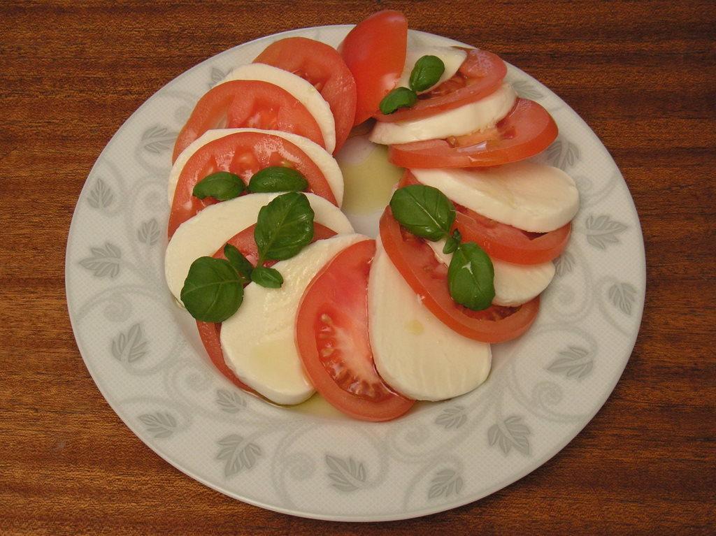 Mozzarella z pomidorem na przystawkę