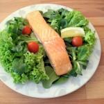 Łosoś pieczony na miksie sałat z pomidorkami cherry i cytryną