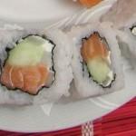 uramaki sushi z łososiem