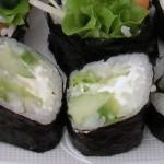 Wegetariańskie sushi z ogórkiem, porem, sałatą i serkiem philadelphia