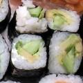 Wegetariański sushi z ogórkiem awocado i porem