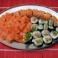 Półmisek z sushi: salmon roll, maki i sashimi