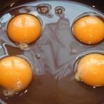 Prześliczne, świeże jaja - w żółtkach odbija się moje kuchenne okno - gotowe do rozmącenia