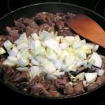 Cebula wyłożona na podsmażone mięso