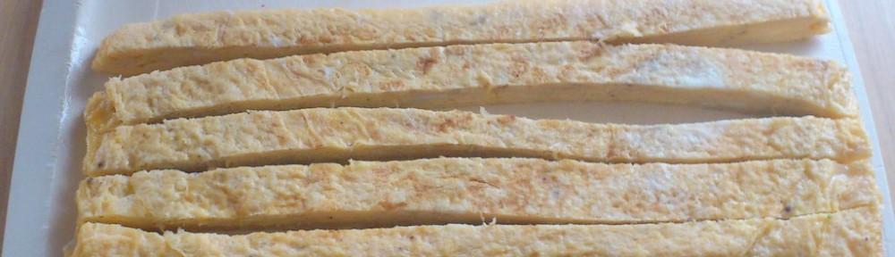 Gorowy omlet tamago pokrojony na paski