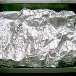 Włoszczyna i ziemniaki na blasze do pieczenia zawinięte w folię