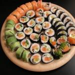 Bardzo ładnie sushi wygląda na desce