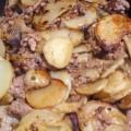 Ziemniaki w talarkach smażone z cebulą i mięsem