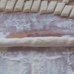 porcja ciasta na kluski serowe po utoczeniu z niej walca