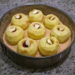 Jabłka w torcie jabłkowym wypełnione nadzieniem, na wierzchu widać kawałki masła