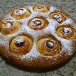 Tort jabłkowy posypany cukrem pudrem