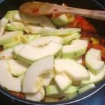 cukinia na podduszonej cebuli z papryką