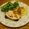 Pieczeń z piersi indyka podana z sosem z pigwowca i moreli oraz z młodym szpinakiem