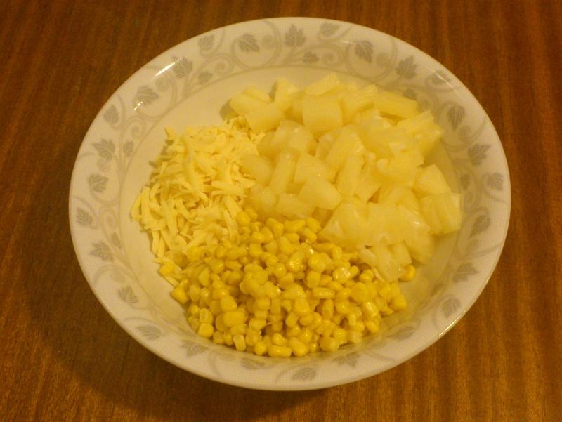 składniki intensywnie czosnkowej sałatki z ananasem