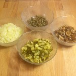 Dodatki do tatara: kapary, matynowane grzybki, ogórek kiszony lub konserwowy, ekstra cebula