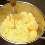 Ziemniaki tłuczemy - przegniatamy przez praskę