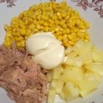 Składniki sałatki z tuńczyka z ananasem na słodko