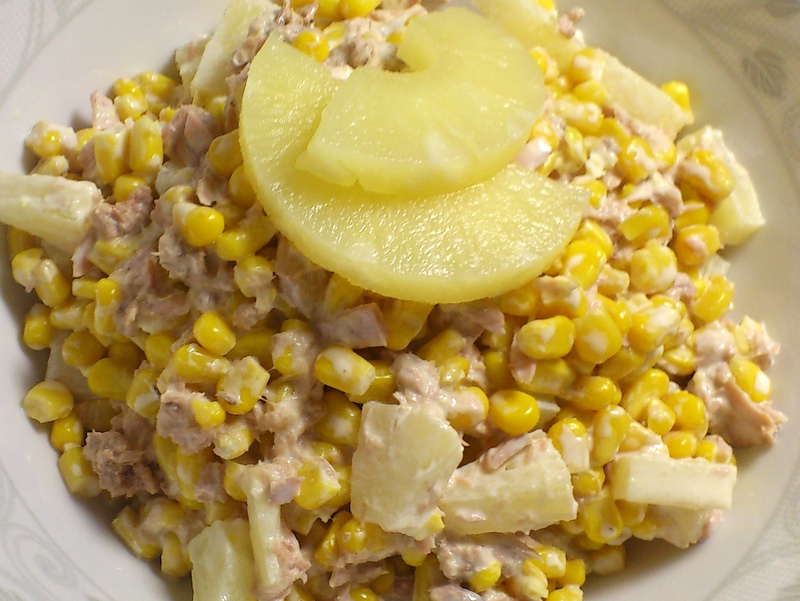 Sałatka z tuńczyka z ananasem na słodko