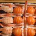 Nigiri sushi z łososiem i krewetkami