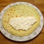 Naleąnik z nałożonym serem na polowę powierzchni - oczywiście zostawiamy wolny brzeg.