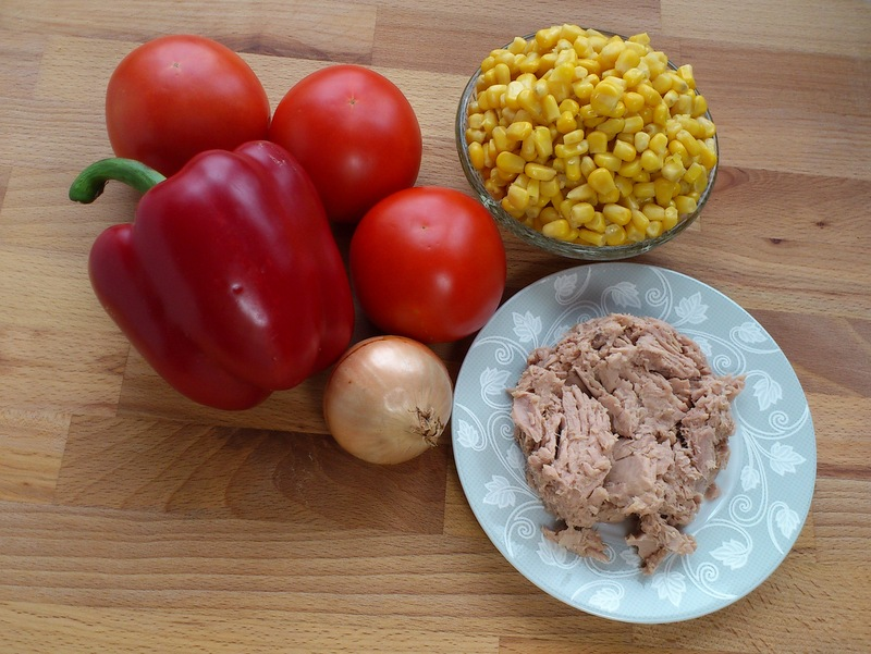 Składniki sałatki z tuńczyka