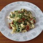 Makaron w sosie śmietanowym z kurczakiem, szpinakiem i suszonymi pomidorami