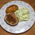 Faszerowany mostek cielecy z pieczonym ziemniakiem i sałatą ze śmietaną i cukrem