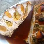 Pieczeń z piersi indyka faszerowana jabłkami i morelami w przekroju