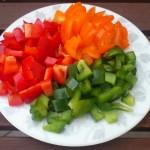 Czerwona i zielona papryka oraz żółte pomidory
