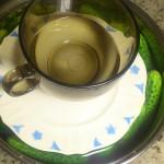 Ogórki przykryte talerzykiem i obciążone kubkiem z wodą
