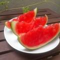 Czerwony arbuz w galaretce pokrojony na kawałki