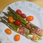 Pieczone szparagi z fetą owinięte boczkiem