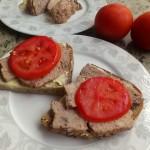 Kanapki z mielonką i pomidorami