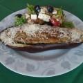 Faszerowany bakłażan z sałatką grecką