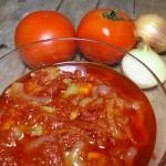 Śledzie w pomidorach z cebulą