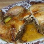 Upieczony, pokrojony na 4 kawałki, luzowany kurczak z nadzieniem