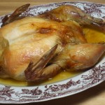 Upieczony kurczak na półmisku