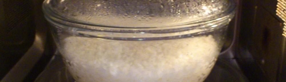 Ryż gotowany w szklanym naczyniu w kuchence mikrofalowej