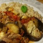 Polędwiczki wieprzowe z bakłażanem i pomidorami z dodatkiem razowego ryżu