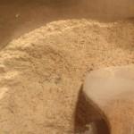 Zrumieniona mąka w garnku