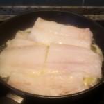Filety z dorsza na patelni w gotującym maśle